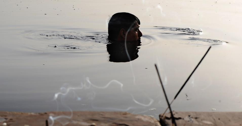 31.mai.2012 - Devoto hindu mergulha no rio Yamuna, em Nova Déli, na Índia, após apresentar oferendas ao Sol e ao Rio para marcar o inínio da celebração Nirjala Ekadashi