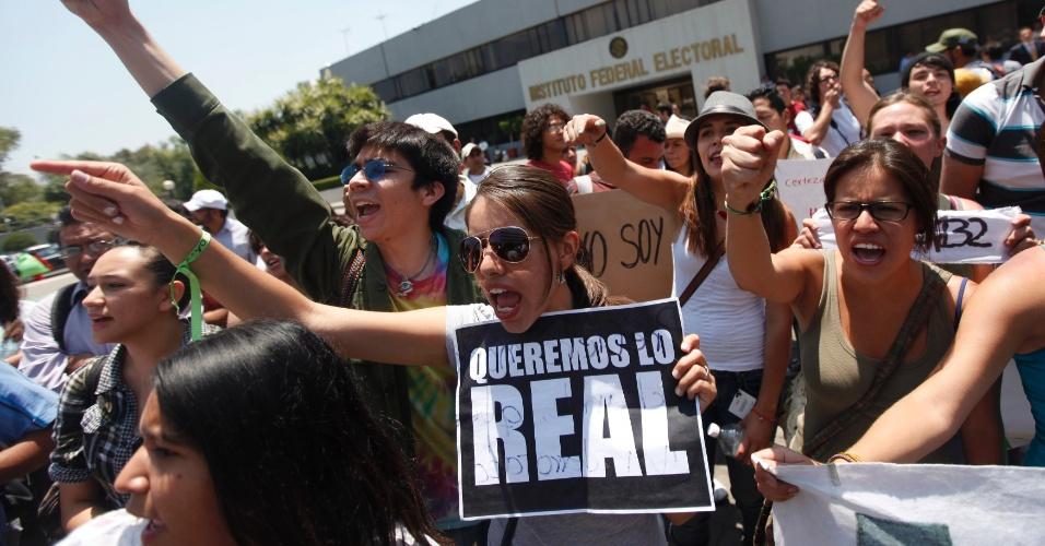 """31.mai.2012 - Estudante universitário exibe cartaz dizendo """"Queremos o real"""" na cidade do México, durante um protesto contra a atuação da mídia na disputa presidencial do México"""