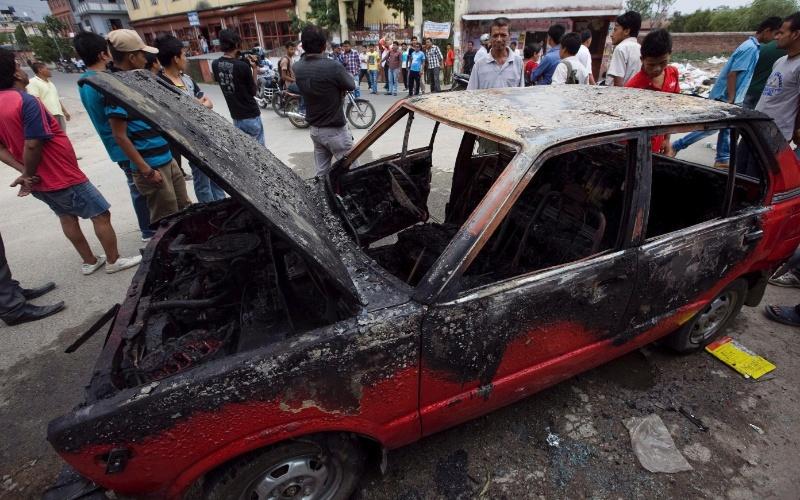31.mai.2012 - Estudantes afiliados ao partido do Congresso nepalês queimam carro governamental durante protesto nesta terça-feira (31), em Katmandu, no Nepal. O país está imerso em uma crise desde 28 de maio na tentativa de redigir uma nova Cosntituição que levou à convocação de novas eleições