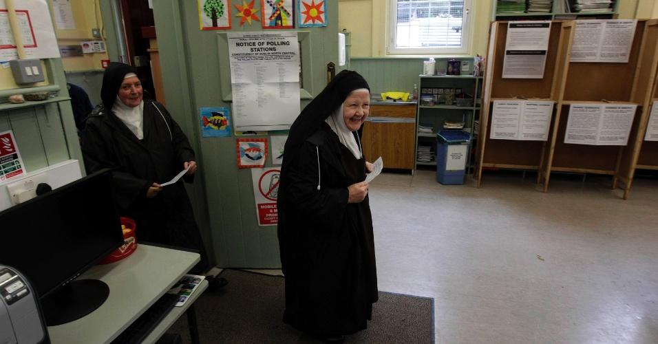 31.mai.2012 - Freiras chegam a posto de votação nesta quinta-feira (31), em Dublin, na Irlanda, do referendo sobre tratado fiscal