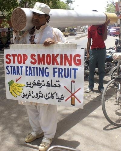 31.mai.2012 - Homens carregam cigarro gigante durante protesto no Dia Mundial sem Tabaco, no Paquistão. A iniciativa foi criada pela Organização Mundial de Saúde (OMS) para mostrar os malefícios do cigarro para a saúde