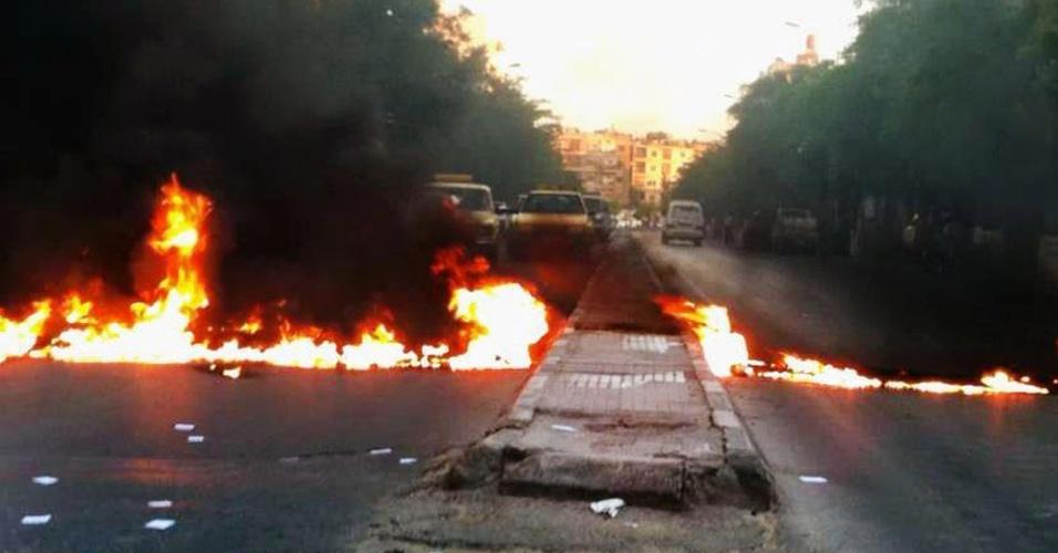 31.mai.2012 - Imagem divulgada pela agência de notícias síria Shaam, mostra rua bloqueada por pneus queimados nesta quinta-feira (31) durante protesto contra o governo em Damasco, na Síria. O secretário-geral da ONU, Ban Ki-moon, alertou hoje que massacres de civis, como o que aconteceu em Houla na semana passada, podem mergulhar a Síria em uma guerra civil