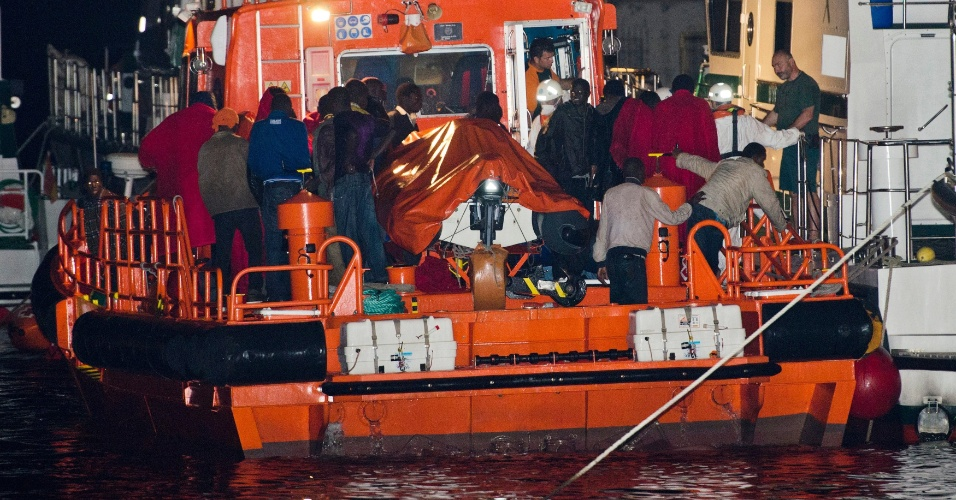 31.mai.2012 - Imigrantes africanos que tentavam entrar ilegalmente na Espanha são transferidos para um navio de resgate, no porto de Almeria, nesta quinta-feira (31). Eles estavam em um barco de pesca, e foram interceptados pelas autoridades antes de atingir a costa espanhola