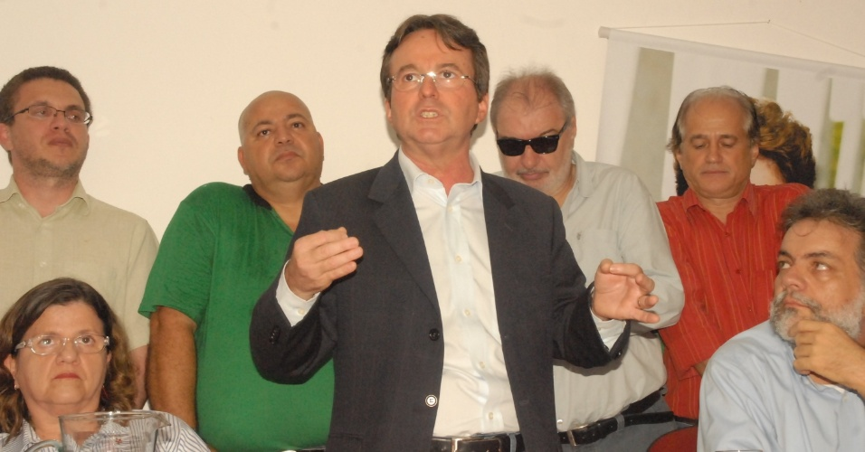 """31.mai.2012 - João da Costa (centro), do PT, anuncia nesta quinta-feira (31) que não desistirá de sua pré-candidatura. """"Vou ficar na luta com qualquer um"""", disse o prefeito de Recife"""