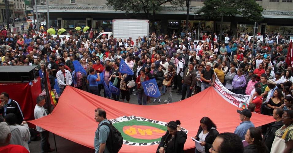 31.mai.2012 - Manifestantes ligados à Central de Movimentos Populares (CMP-SP) protestam nesta quinta-feira (31), em frente ao Teatro Municipal, no centro de São Paulo. Eles reivindicam mais moradias, e criticam a intolerância social e a violência contra a mulher