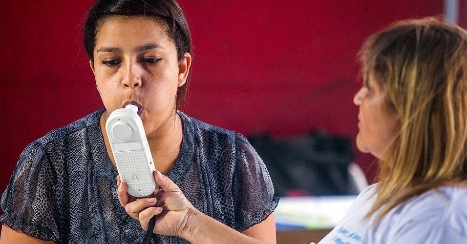 31.mai.2012 - Mulher mede monóxido de carbono na avenida Paulista, no Dia Mundial sem Tabaco. A Organização Mundial de Saúde (OMS) estima que atualmente 47% da população masculina e 12% da população mundial feminina seja de fumantes. Ainda segundo a organização, o tabaco é responsável por mais de 10 mil mortes por dia no mundo