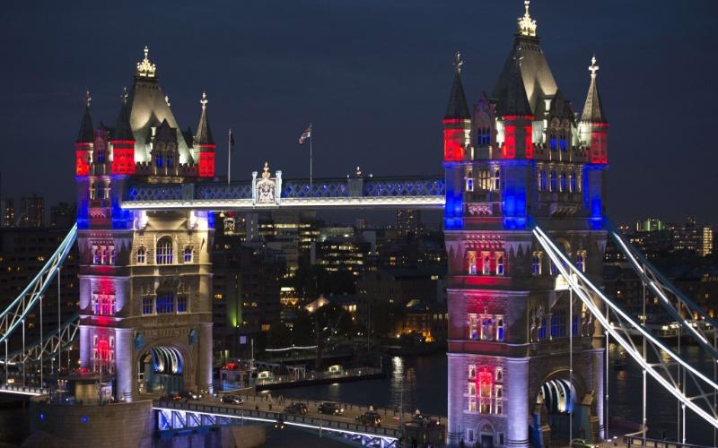 31.mai.2012 - Novo sistema de luzes ilumina a Tower Bridge, em Londres (Reino Unido), na noite de quarta (30) em homenagem ao jubileu de diamante da rainha Elizabeth 2ª