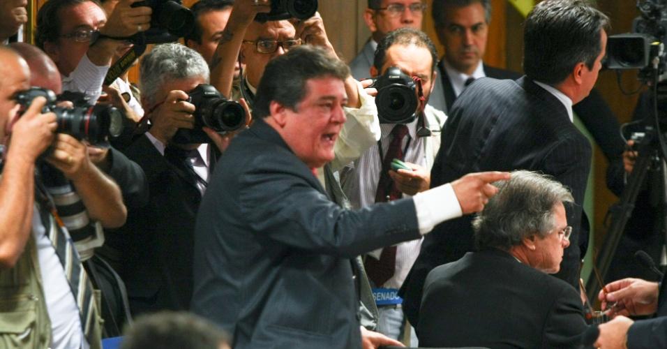 """31.mai.2012 - O deputado Silvio Costa (no centro), do PTB, grita com o senador Demóstenes Torres, após classificar seu silêncio como """"hipócrita"""", durante a sessão desta quinta-feira (31) da CPMI do Cachoeira, em Brasília. O relator da CPI, Odair Cunha (PT), também recriminou a decisão do senador de falar exclusivamente ao Conselho de Ética e disse que o silêncio é um indício de culpa"""