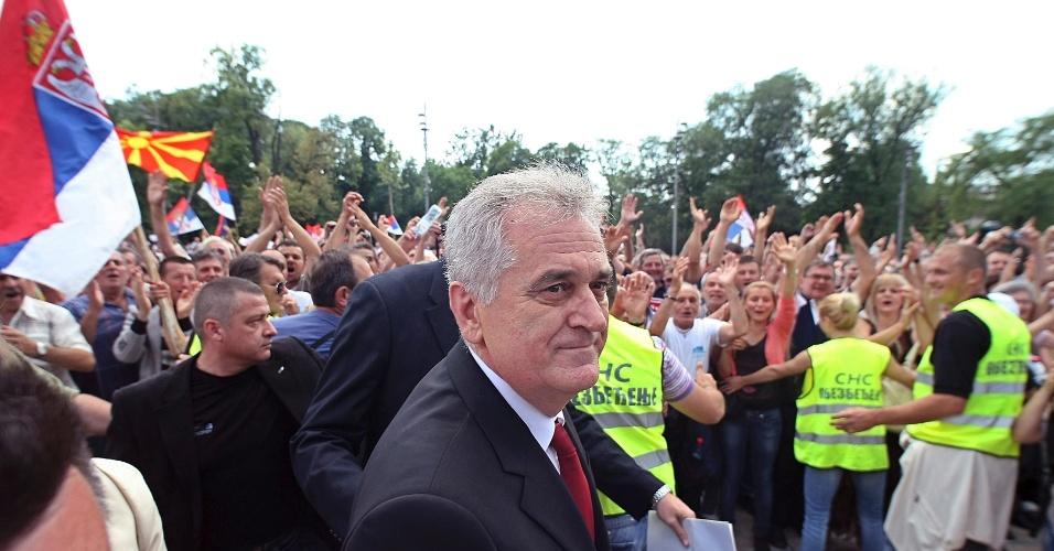 31.mai.2012 - O novo presidente da Sérvia, Tomislav Nikolic (centro), chega ao parlamento em Belgrado nesta quinta-feira (31), para assumir o cargo pelos próximos cinco anos. Ele prometeu se alinhar cada vez mais ao bloco europeu