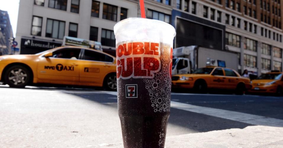 31.mai.2012 - O prefeito de Nova York, nos EUA, Michael Bloomberg, quer proibir a venda de refrigerantes e outras bebidas açucaradas em locais públicos, como medida de combate à obesidade. O veto afetaria somente as bebidas com de tamanho equivalente a cerca de 500 ml. Na foto, copo de 500 ml para refrigerante