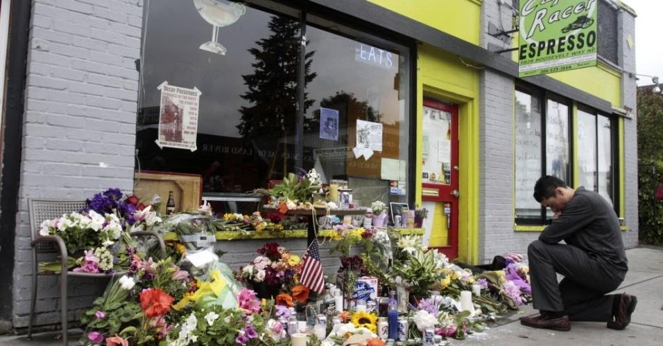 31.mai.2012 - Pessoas colocam flores e mensagens em frente ao café de Seattle, nos Estados Unidos, em homenagens às quatro pessoas mortas a tiros por um homem, que teria se suicidado em seguida