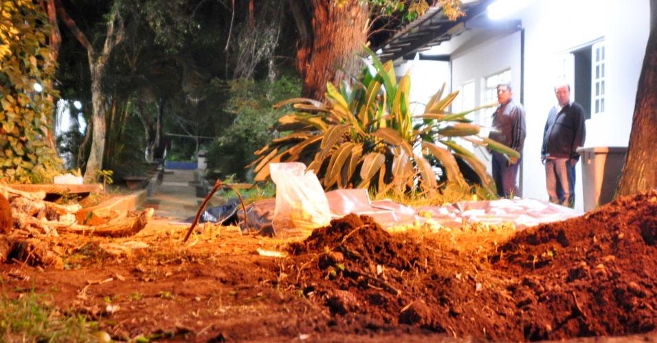 31.mai.2012 - Polícia Civil encontrou 15 crânios e quatro fetos no terreno onde funcionava a Universidade São Marcos, no bairro Ipiranga, na região sudeste de São Paulo, após denúncia do zelador do local. A origem dos restos mortais ainda não foi descoberta