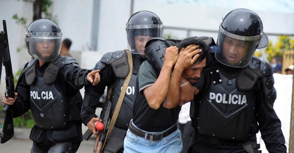 31.mai.2012 - Polícia prende ex-soldado do Exército Popular Sandinista durante protesto para que o presidente Daniel Ortega lhes concedesse benefícios de veteranos de guerra, nesta quinta-feira (31), em Manágua, Nicarágua