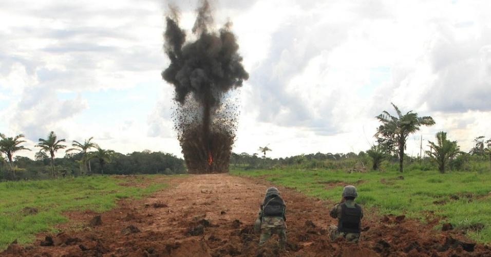 31.mai.2012 - Policiais da Força Especial de Combate ao Narcotráfico destroem com explosivos uma pista de pouso clandestina nesta quinta-feira (31), em San Germán, na Bolívia. Nas últimas 24 horas as autoridades do país também destruíram 91 laboratorios para refino de cocaína em Santa Cruz, próximo à fronteira com o Brasil