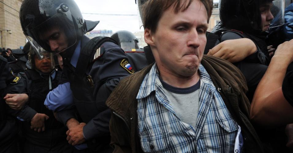31.mai.2012 - Policiais russos detêm ativista da oposição no centro de Moscou, na Rússia, durante protesto não autorizado para defender o artigo 31 da Constituição russa que garante a liberdade de reunião