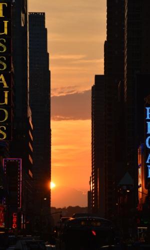 31.mai.2012 - Sol se esconde atrás de prédios da Times Square, em Nova York (Estados Unidos)