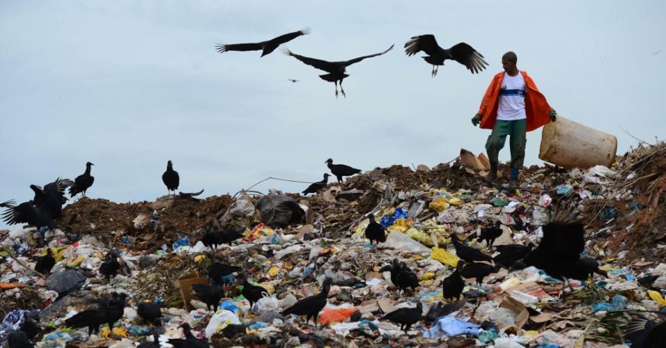 31.mai.2012 - Um catador procura materiais recicláveis no lixão conhecido como Jardim Gramacho, no Rio de Janeiro, o maior da América do Sul.  Construído sobre um pântano, ele está com os dias contados, já que será desativado em 1º de junho
