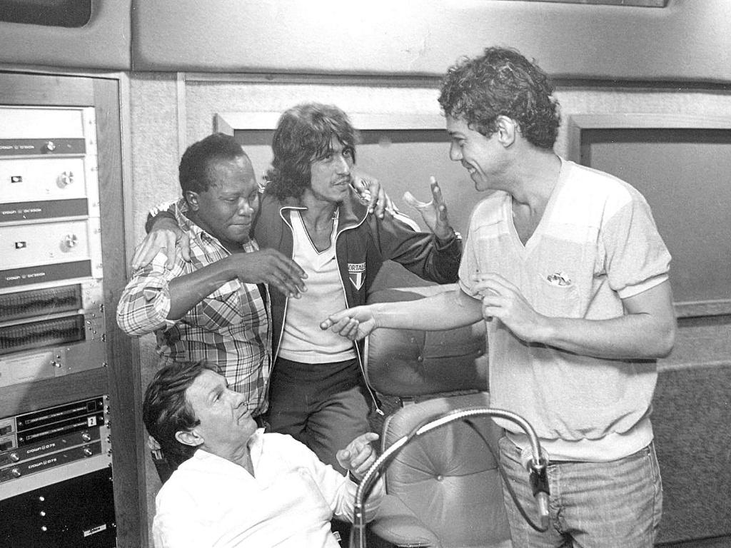 Da esq. para a dir., o jornalista e produtor Fernando Faro (sentado), os músicos João do Vale, Fagner e Chico Buarque, em imagem do início dos anos 1980