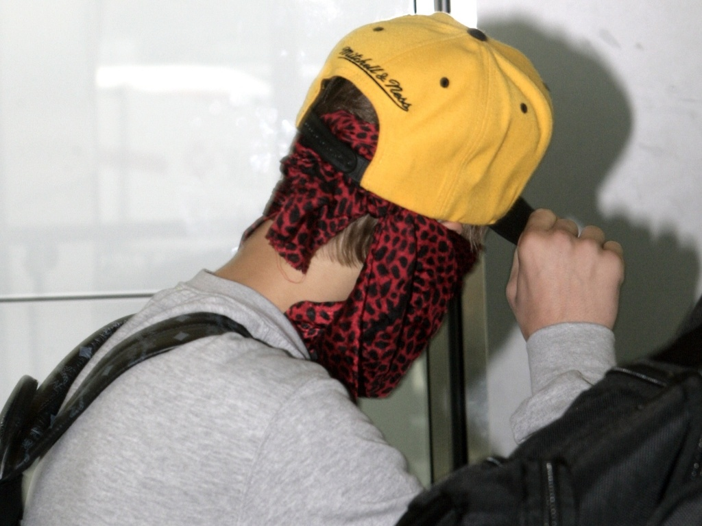 Depois de confusão com fotógrafo, Justin Bieber usa lenço no rosto e tenta evitar flashes (29/5/12)