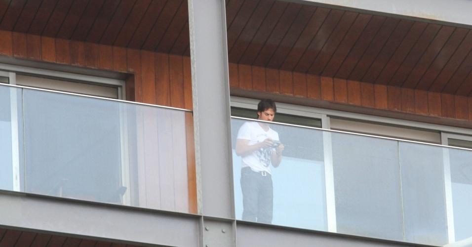 Ian Somerhalder observa a vista de Ipanema, da sacada do hotel (31/5/12)
