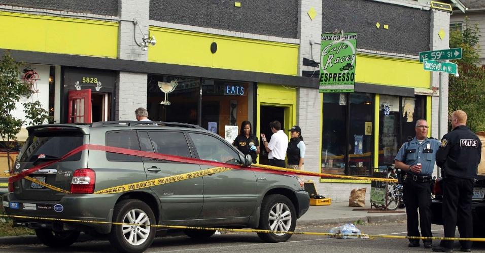 Investigadores trabalham em café de Seattle, nos Estados Unidos, onde um homem matou tcinco pessoas a tiros