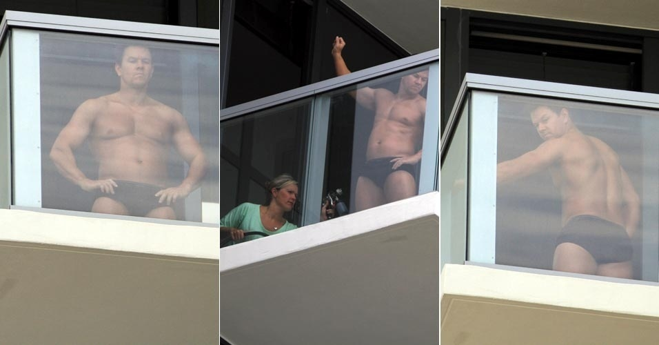 Mark Wahlberg faz  bronzeamento  artificial em sacada de hotel em Miami (29/5/12)