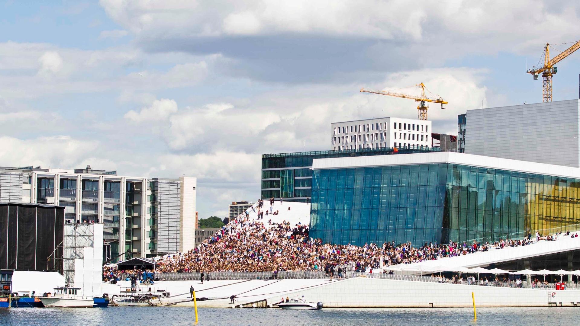 Multidão de fãs espera Justin Bieber para ver apresentação gratuita do cantor na Ópera de Oslo (30/5/12)