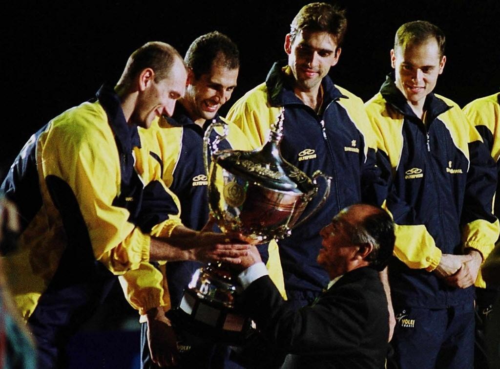 Nalbert, Maurício, Giovane e Ricardinho recebem o troféu de campeão da Liga Mundial em 2001