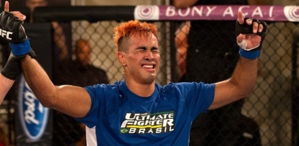 Pepey comemora vitria sobre Vina na semifinal do TUF Brasil