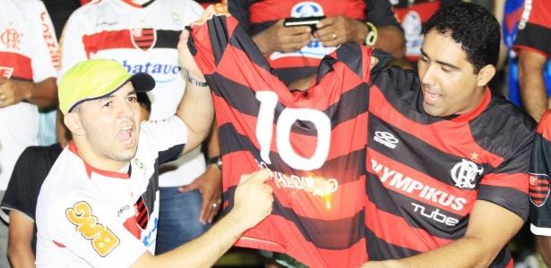Torcedores colocam fogo em camisa de Ronaldinho durante amistoso no Piauí