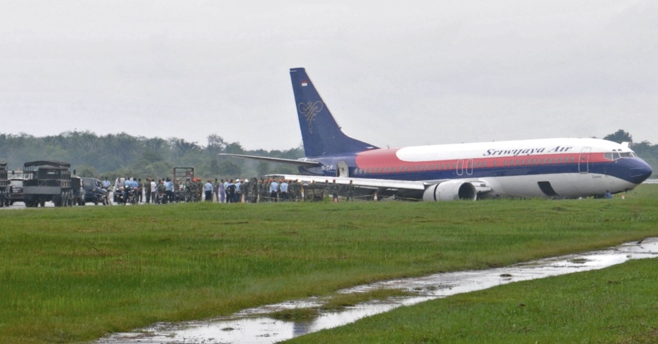 1&#186;.jun.2012 - Boeing 737-400, da Sriwijaya Air, com 163 pessoas a bordo, saiu da pista durante pouso nesta sexta-feira (1&#186;), no aeroporto de Pontianak, na Indon&#233;sia. Ningu&#233;m ficou ferido
