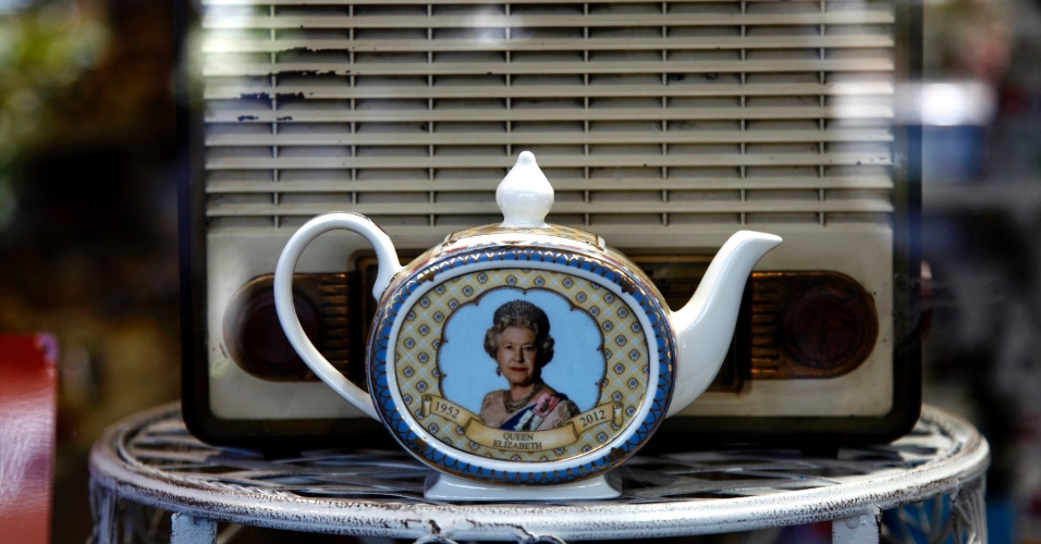 1&#186;.jun.2012 - Bule de porcelana com a imagem da rainha Elizabeth 2&#170; &#233; colocado &#224; venda no Mercado Portobello, em Londres