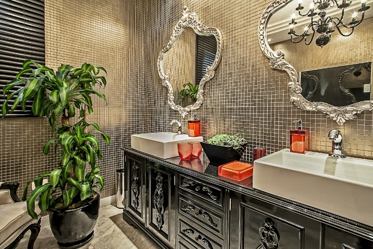 A arquiteta Daniela Cerbatto e a designer de interiores Cláudia Novak assinam o Banheiro Funcional, com 10m². Predominantemente bronze e preto, o ambiente leva pastilhas e elementos antigos na decoração