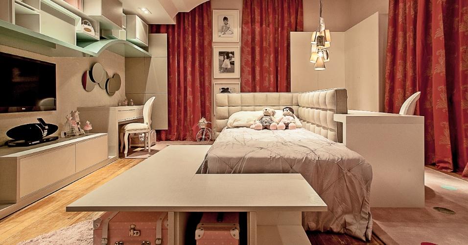 A arquiteta Mariana Paula Souza criou a Suíte da Criança para uma menina de 8 anos. O quarto de 32m² tem espaço para brincar, estudar, se arrumar e até desfilar