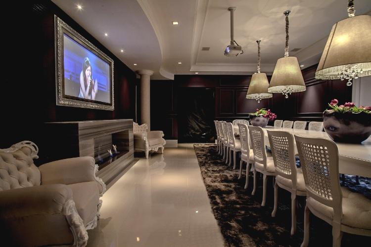 A arquiteta Viviane Tabalipa criou a Sala de Jantar. No ambiente, destaque passa a longa mesa de laca branca com pés chipandelle entalhados a mão