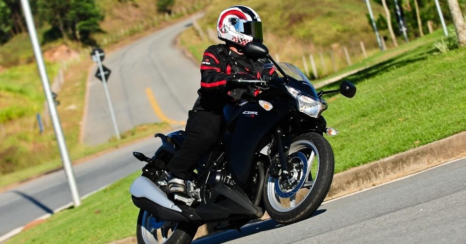 A Honda faz menos curva que a Kawasaki, mas o motociclista fica em uma postura mais ergonômica