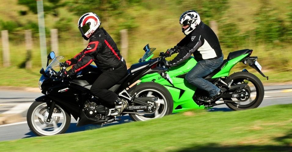 A Honda tem comportamento mais dócil e a Kawasaki gosta de rodar em altos giros e é mais adepta a curvas