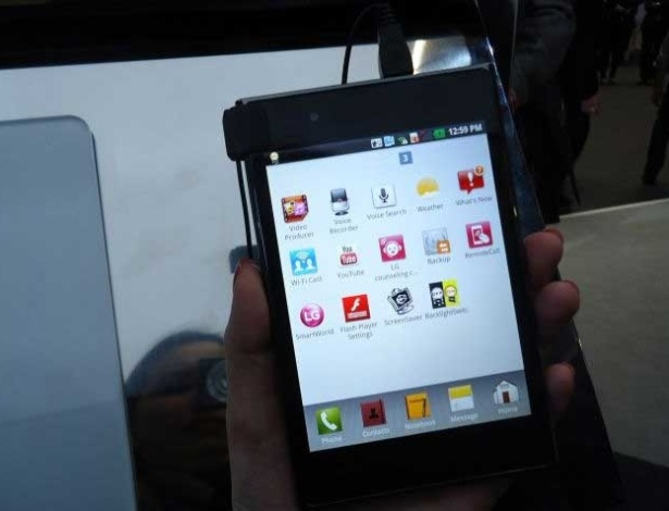 29.fev.2012 - O Optimus Vu, da LG, é um tablet da safra das '5 polegadas' que teve início com o Galaxy Note, da Samsung. Fino (tem 8,5 mm de espessura), o smartphone vem com processador dual-core de 1,5 GHz. Segundo a companhia, trata-se de um 'smartphone com as facilidades de um tablet'. Não há preço do Vu, que chega ao mercado em meados do segundo trimestre