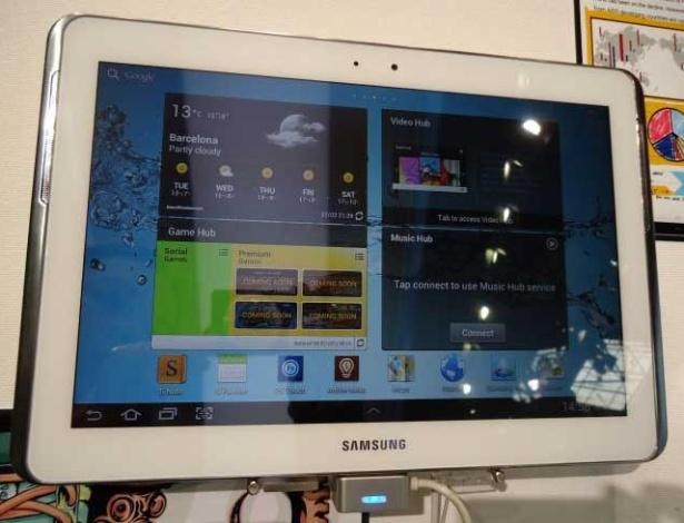29.fev.2012 - O Samsung Galaxy Note 10.1 é o 'irmão grandão' do Galaxy Note 5 e foi lançado em Barcelona. O modelo vem com uma borda prateada, que provavelmente não vai agradar todo mundo (é bem chamativa) e a S Pen, caneta especial para escrever e desenhar na tela do tablet