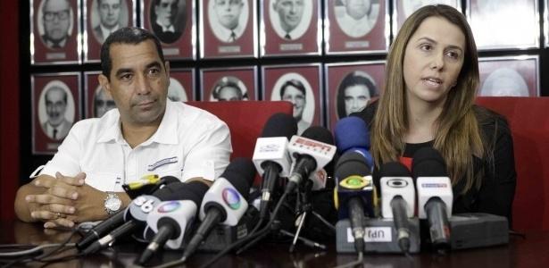 Ao lado de Zinho, Patricia Amorim fala sobre saída de Ronaldinho do Fla (01/06/2012)