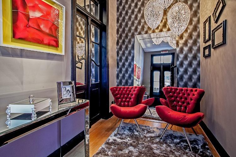 As arquitetas e light designers Carla Grüdtner e Cláudia Dall'Stella assinam os 8m² do Hall de Entrada. Utilizando-se do retrofit - um dos motes da Casa Cor Paraná 2012 - mantiveram no projeto elementos históricos da residência, como as portas