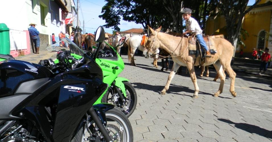 As mini-esportivas causam no centro de Joanópolis (SP). É dia da Festa do Divino, com direito a procissão