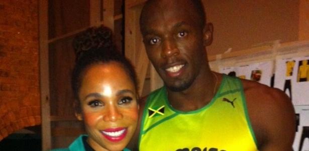 Cedella Marley e Usain Bolt posam para foto antes da apresentação dos uniformes da Jamaica
