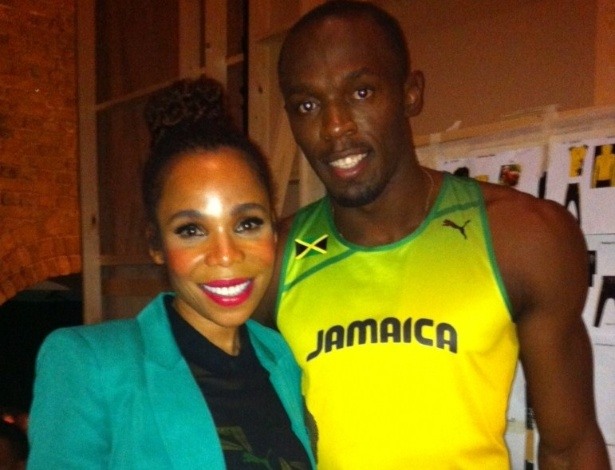 Cedella Marley e Usain Bolt posam para foto antes da apresentao dos uniformes da Jamaica