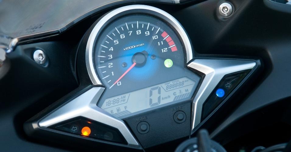 Com fundo azul e tela de cristal líquido, o painel da CBR lembra o utilizado no Honda Civic