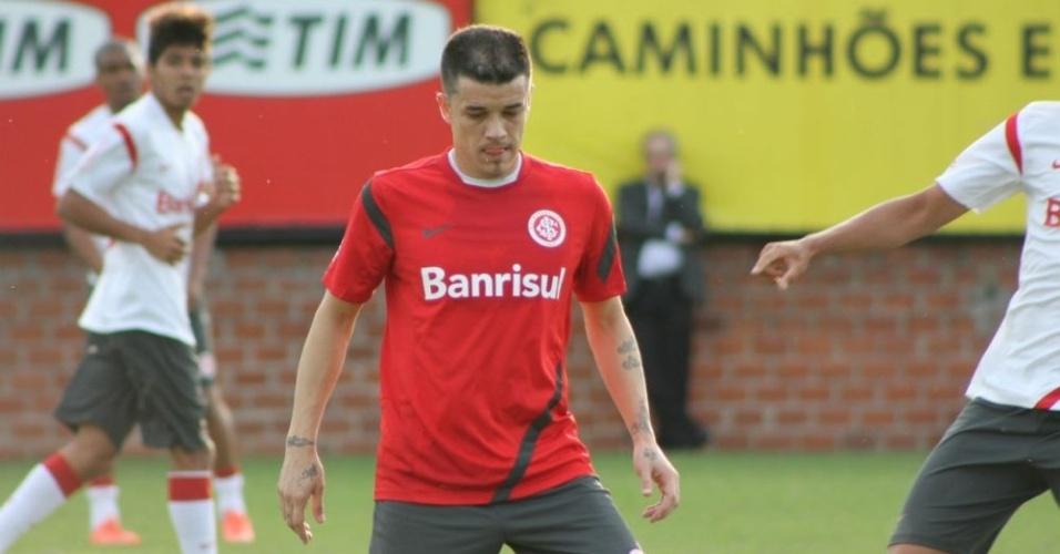 D'Alessandro em ação durante jogo-treino do Inter contra o time sub-23 (01/06/12)