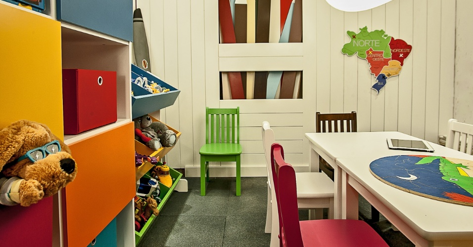 Em 27m², as designers de interiores Cynthia Karas e Márcia Pradella Ribas criaram os espaços: Brinquedoteca, Cineminha e WC. No projeto, destaque para o piso produzido à base de grânulos de borracha de pneus reciclados