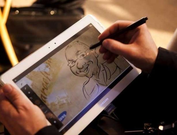 29.fev.2012 - O aplicativo do Galaxy Note 10.1 permite que você defina a cor do traço e sua espessura. A tela, de 10,1 polegadas WXVGA, resolução de 1280x800. Ele vem ainda com câmara traseira de 3MP e frontal de 2 MP