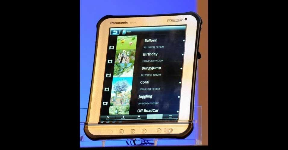 10.jan.2012 - A Panasonic, focando no nicho profissional, apresentou na C ES 2012 o tablet toughpad. O modelo, anunciado no ano passado, só apareceu ao público durante a feira de tecnologia em Las Vegas. O tablet tem o sistema Android e chama a atenção por ser