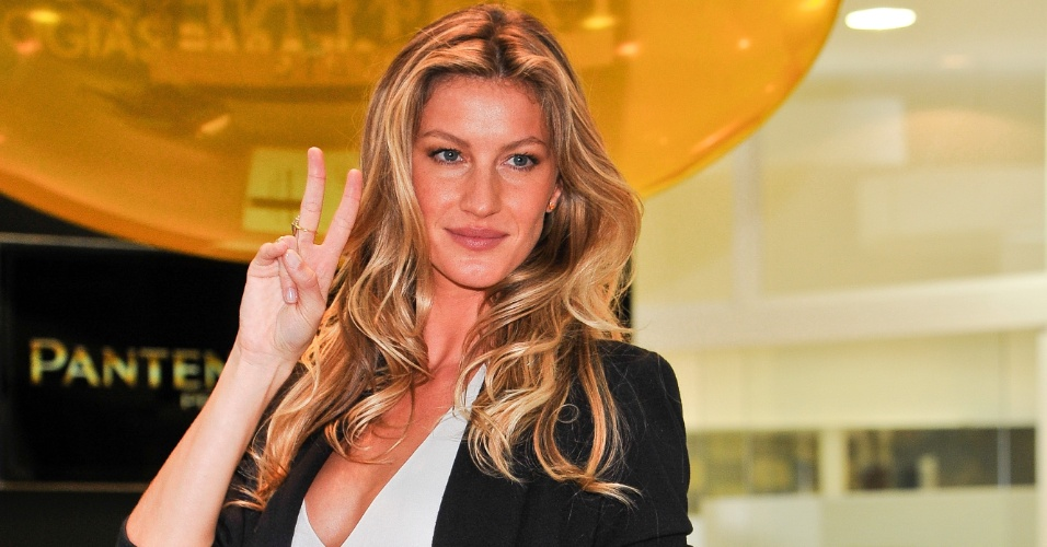 Gisele B&#252;ndchen promove concurso de beleza com garotas de favela